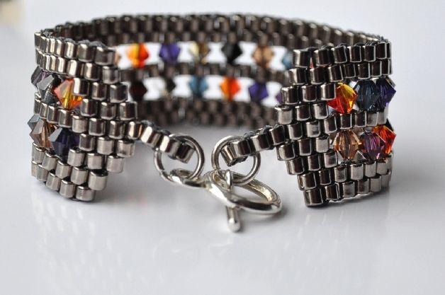 Bransoleta wykonana z japońskich, szklanych koralików MIYUKI i kryształów SWAROVSKIEGO - BICONE w różnych kolorach. Elegacka, niepowtarzalna, przyciągająca wzrok.