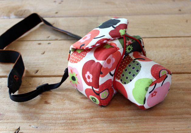 """""""CamBag to go :apple:""""  **Farbe außen:** witziges Apfelmuster in rot, grün, braun, rosa auf beigem Grund **Farben innen:** Karo in rot/weiß  **Material:** 98%CO 2%EL (Innen mit Volumvlies..."""