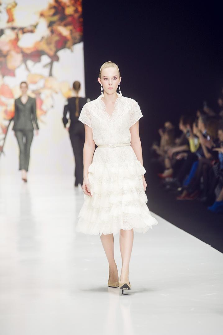 Что может быть изысканнее и женственнее, чем красивое платье из нежного кружева? Платье из кружева подойдет для свидания, вечеринки, торжества или романтического вечера с любимым человеком.    С чем носить кружевное платье? Самодостаточность платья из кружева подразумевает скромный выбор аксессуаров. Для кружевного платья простого кроя подойдет лаконичная сумка, простые балетки или босоножки, неброская бижутерия. Для более роскошного, вечернего наряда, можно выбрать дорогие аксессуары и…