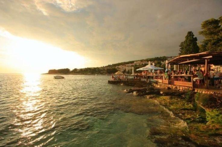 A 'CNN' separou uma lista de alguns dos melhores bares de praia do mundo. Conheça: oBeach Club @ ME (Cancun, México) - Neste bar você pode mergulhar da piscina para o mar. O local tem uma piscina infinita que liga o bar à praia e é cercada por espreguiçadeiras para os visitantes relaxarem. Os clientes podem se servir em um bar aquático. Aos finais de semana, DJs se encarregam de promover o agito da noite Foto: Divulgação