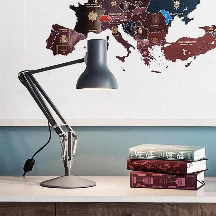 Lampe de bureau articulée de la collection Type 75 Mini, composée d'une base ronde lestée, d'un double bras articulé et d'un abat-jour galbé, l'ensemble est réalisé en métal et présenté ici ...