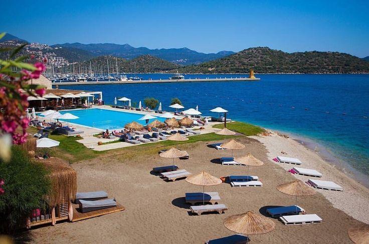 Kaş'ta marina tarafında denize sıfır bir butik konseptli otel; Doria Hotel. Muhtesem bir manzara ve rüzgarın olmadığı zamanda muhtesem bir deniz, Kaş'ın en romantik oteli belki de. Isletmecisi Yalcin Bey her detaya cok ozen gostermis. Otelde konaklamasaniz bile dışarıdan ziyaret ederek kesinlikle plajini ve havuzunu denemelisiniz. 0242-8361051 www.kucukoteller.com.tr/doria-hotel-kas #kaş #antalya #kucukoteller #kucukotellerdoriaotel