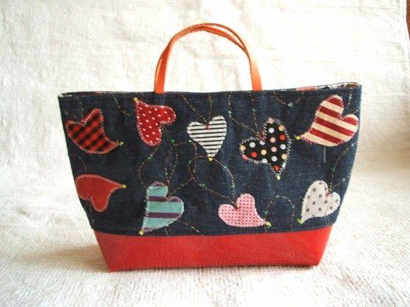 ハンドメイドのコラージュのおしゃれなバッグインバッグです。上部は綿の紺ダンガリー、下はエナメル風の赤生地。いろいろな生地でコラージュしました。持ち手は革です。...|ハンドメイド、手作り、手仕事品の通販・販売・購入ならCreema。