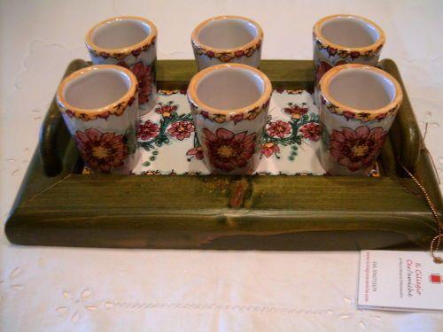 Servizio di limoncello in ceramica con vassoio in legno con ripiano in ceramica.