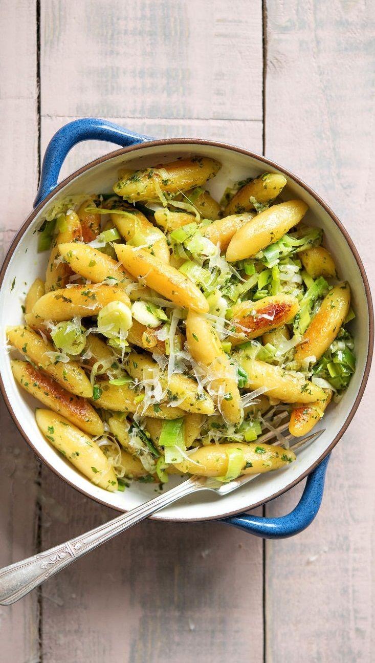 Step by Step Rezept: Gebratene Schupfnudeln in Zitrus-Basilikum-Pesto mit gerösteten Mandeln. Vegetarisch / Veggie / Schnell / 25 Minuten / Deutsch / Kochen #hellofreshde #schupfnudeln #diy #kochen #rezept