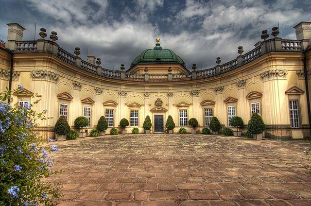 Zámek v obci Buchlovice, založený těsně před rokem 1700. Zámecké interiéry připomínají atmosféru časů habsburské monarchie; k vidění jsou mj. rozsáhlé sbírky grafických děl, starožitný nábytek, barokní zahrada, anglický park, sbírka fuchsií aj. Zámek Buchlovice – nádvoří