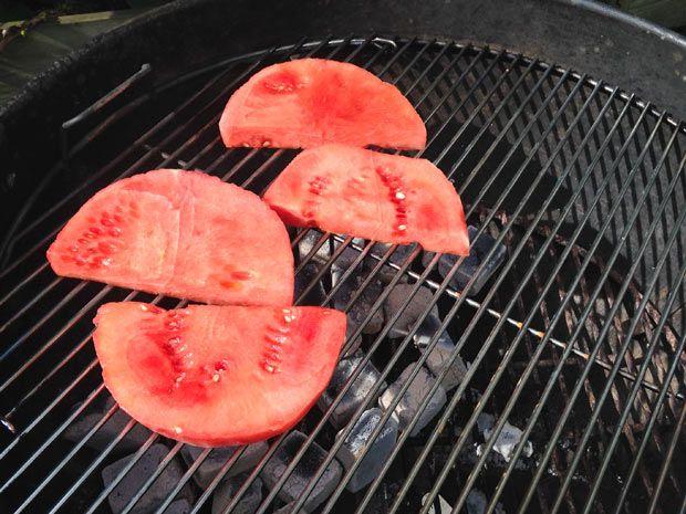 Gegrilde watermeloen is zeker niet iets wat je heel vaak tegenkomt. Het heeft een veel intensere zoete smaak dan gewone watermeloen.