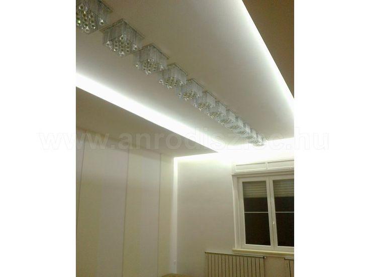 Dizájnos lámpatestek hidegfehér megvilágításban.   3528-120 SMD LED chipekkel szerelt hidegfehér LED szalag mennyezeti gipszkarton párkányban.