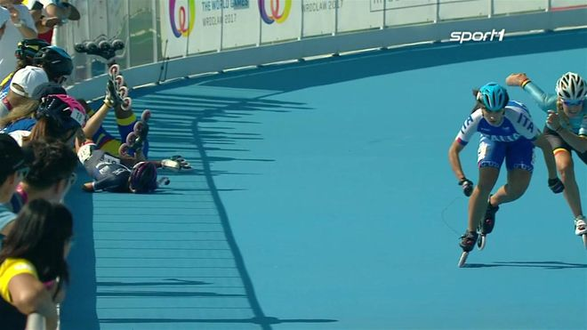 Blut im Gesicht, Mundschutz raus: Die Französin Clemence Halbout erwischt es heftig bei den World Games. Stürze bei hoher Geschwindigkeit zählen zum Berufsrisiko der Speedskater.