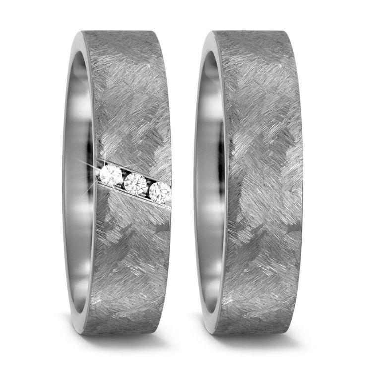 Design Ringe aus Titan von TitanFactory aus der Ti For Two Serie. Der Damenring ist mit 3 Brillanten besetzt.