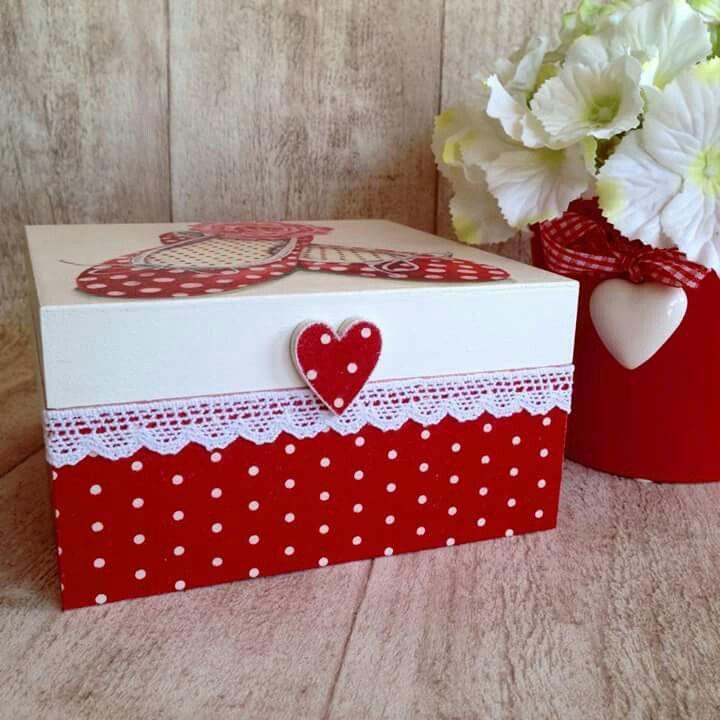 Kırmızı puantiyeli ahşap kutu