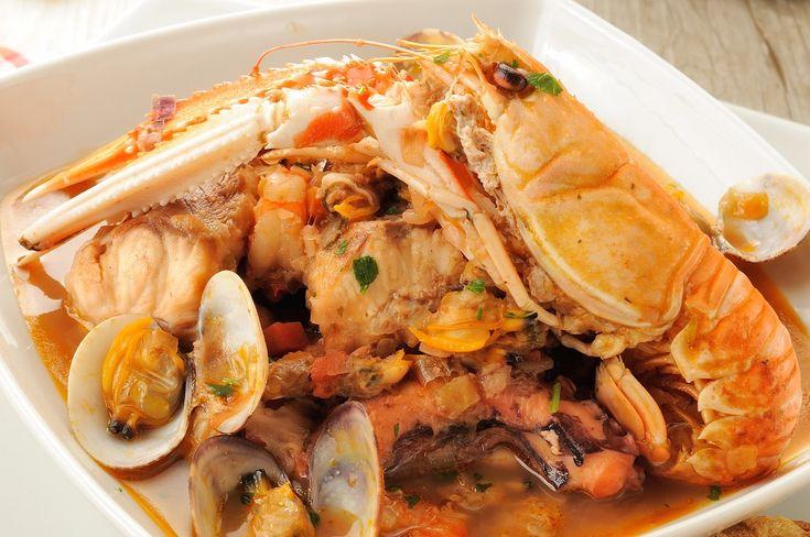 La zuppa di pesce è un secondo piatto davvero saporito, tipico del nostro paese. Ne esistono davvero tantissime varianti in base al tipo di pescato utilizzato. Quella che vi proponiamo noi oggi è preparata con gamberi e vongole, il tutto contornato da un guazzetto al pomodoro, ideale per una bella s