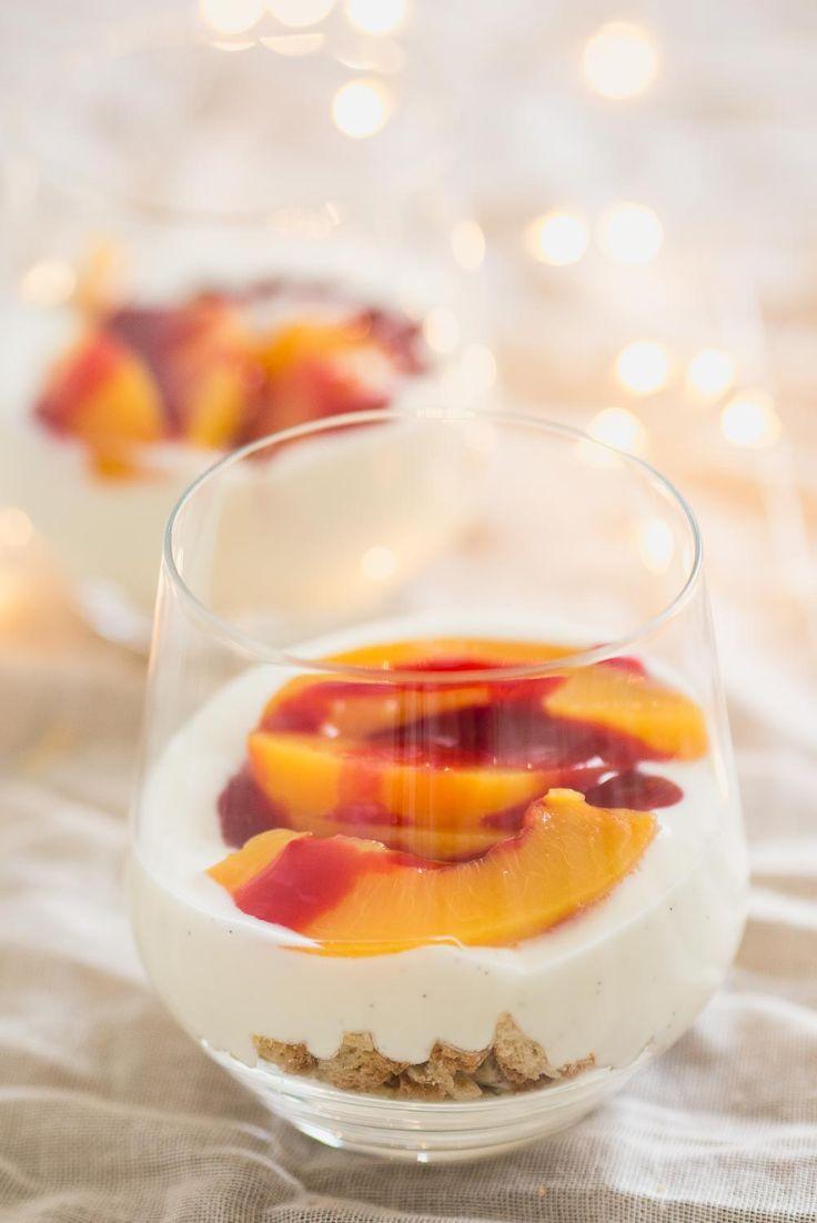 Ken je peche melba? Dit klassieke toetje in glas kun jij ook maken! Deze trifle recept is perfect om als kerst toetje te maken, het is namelijk snel en bevat onder andere perzik, framboos, cantuccini en vanille.