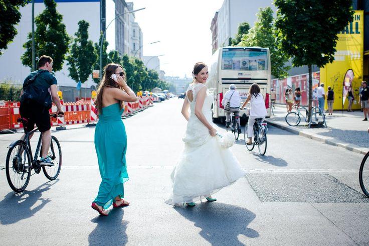 Braut unterwegs in Berlin #hochzeit #bride #brautkleid