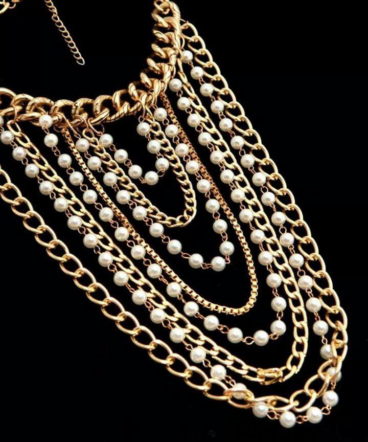 Clásico collar dorado con perls pero un poco distinto