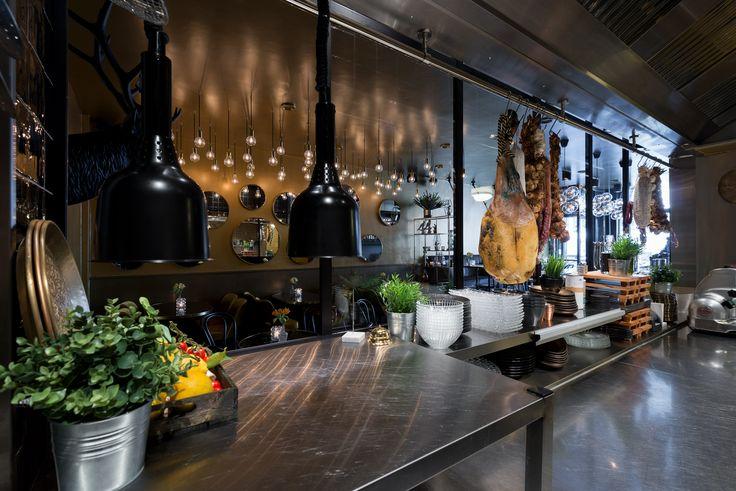 De Witte de Withstraat in Rotterdam is een prachtige horecagelegenheid rijker. De Bierboutique! Wat zijn wij, als Rotterdams bedrijf, trots dat we onderdeel uit hebben mogen maken van dit mooie project. #gewoongers #vintagepui #vintage #pui #puien #ontwerp #steellook #stalendeur #stalenpui #interieur #horeca #design #bier #drinks #bites #Rotterdam #interieurontwerp