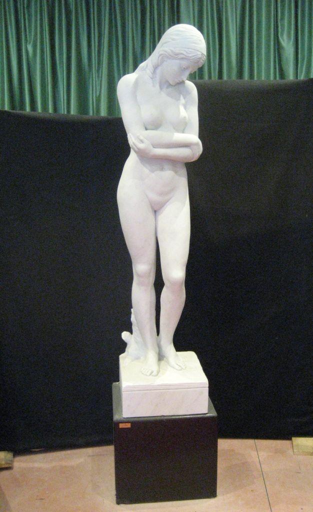 """Scultura """"Lucia"""" in marmo - http://achillegrassi.dev.telemar.net/project/scultura-lucia-in-marmo-bianco-carrara-michelangelo-levigato-con-basamento-in-pietra-bianca-colorata-nero/ - Sublime realizzazione, in Marmo bianco Carrara Michelangelo levigato, di una scultura denominata """"Lucia"""" posta sopra un basamento in pietra bianca colorata nero. Da notare le armoniose proporzioni di quest'opera sapientemente scolpita dai nostri abili scalpellini.  Dimensioni:  5"""