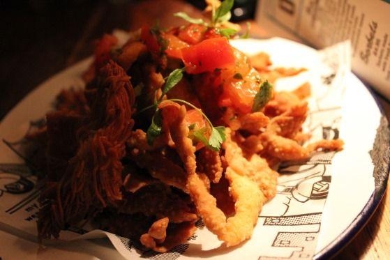 Nachos la Jamies bar în Londra.