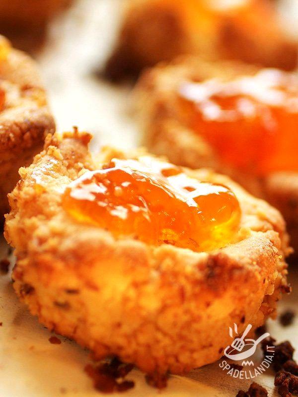 Dolcetti di pasta di mandorle all'arancia: piccole delizie in cui la dolcezza della mandorla si unisce al profumo intenso e agrumato dell'arancia.