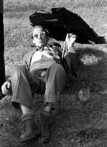 Feiernder Mann in Bad Saarow, 1954 Juergen/Timeline Images #black #white #schwarz #weiß #Fotographie #photography #historisch #historical #traditional #traditionell #retro #nostalgic #Nostalgie #Sonnenschirm #Sommer #Sonne #Schirm #Sonnenschutz #50er #Vatertag #betrunken #Mann #lustig