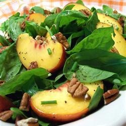 Salada de espinafre com nozes pecan e pêssego fresco