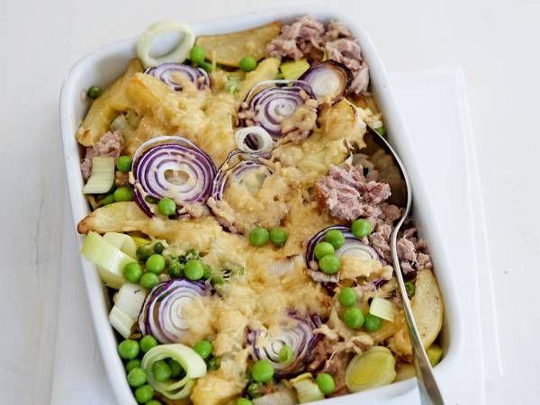 Verwarm de oven voor tot 200 ºC. Smelt in een hapjespan de boter. Bak de prei met de erwten 4 min.  Schep er de aardappelpartjes, de tonijn en zout en peper naar smaak door.  Schep in de ovenschotel. Verdeel er de plakken ui en de kaas over. Bak de aardappelschotel in de voorverwarmde oven in 25 min. goudbruin en gaar.