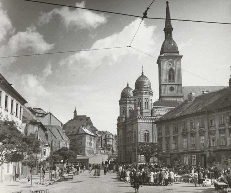 Pavol Poljak: Rybné námestie s Kostolom sv. Mikuláša, synagógou a Dómom sv. Martina v Bratislave:1940