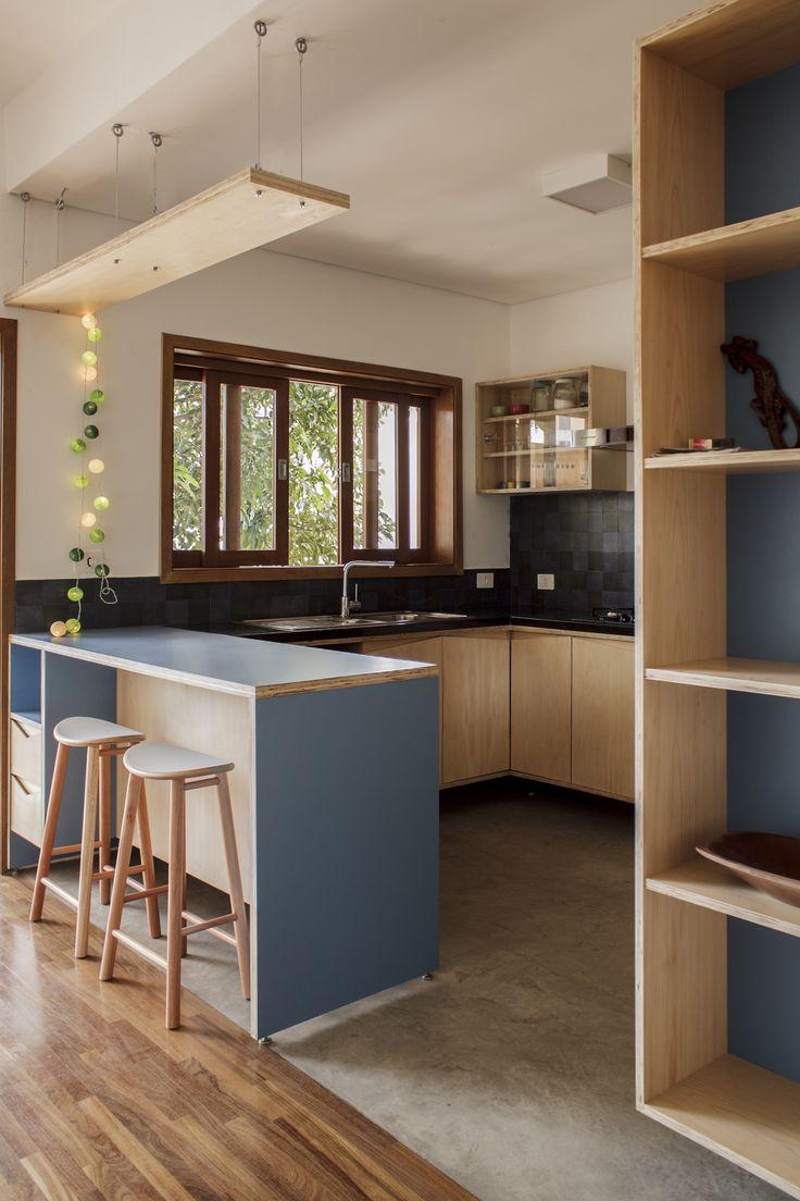 SABARÁ arquitetura e urbanismo Cozinha com móveis em compensado naval e nicho em fórmica azul. Bancada em granito preto são gabriel.