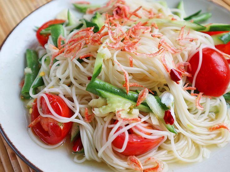 ソムタムというと、青いパパイヤのサラダが有名ですが、タイにはキュウリ、にんじん、いんげんなど、さまざまな食材を使ったレシピがあります。そのなかの1つ、「カノムチーン」と呼ばれる米麺を使ったソムタムを、そうめんを使って簡単にアレンジしました。