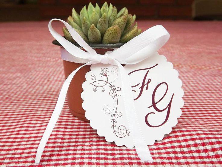 Suculentas em mini vasinhos com tag personalizado.
