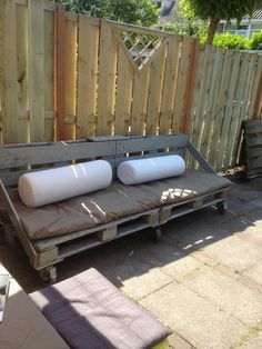 Mijn eigen pallet bank :-) Het zitkussen is gemaakt van de tent van onze oude Alpen Kruizer ... Het regenwater loopt er gewoon vanaf !