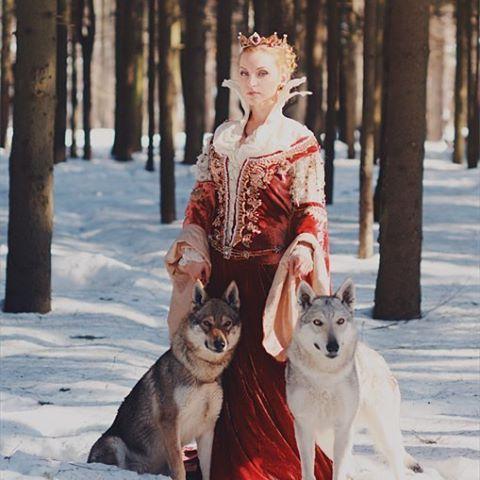 #fairytale #medieval #medievaldress #velvet #embellishment #embroideryart #portrait #witch #magic #wolf #handcrafted #fantasy #вышивка #портрет #ведьма #волк #королева #мастеркрафт#сказка #ручнаяработа #авторскаяработа  Наташа @dara_from_arkona, и ее сказочное платье ведьмы из фильма про братьев Гримм. #бархат,  вышивка Dmc gold,  #жемчуг,  чешский #бисер и #бусины.