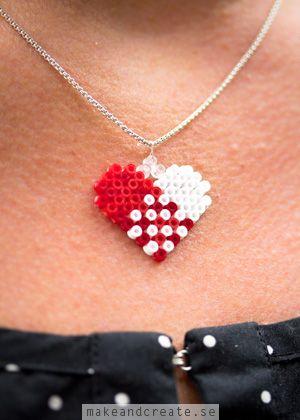 Juligt halsbandMed minirörpärlor kan man göra söta smycken, t ex halsband eller örhängen. Här har jag gjort ett klassiskt