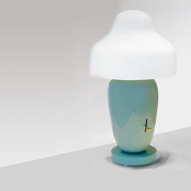 Chinoz  Descrição: abajur cod. B106973. Base em cerâmica verde e cúpula em vidro opalino branco.  Medidas: grande Ø35 x h:62cm  Cor: disponível em várias cores  Lâmpadas: 1comum 60W. Consumo: 60W  Design by: Jaime Hayón
