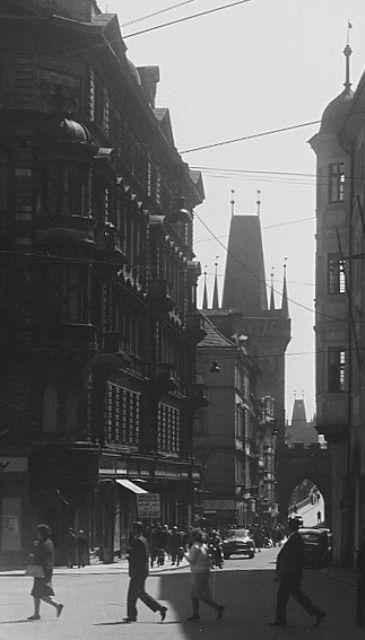 Mostecká ulice (3722) • Praha, květen 1965 •   černobílá fotografie, Mostecká ulice, ruch  • black and white photograph, Prague 