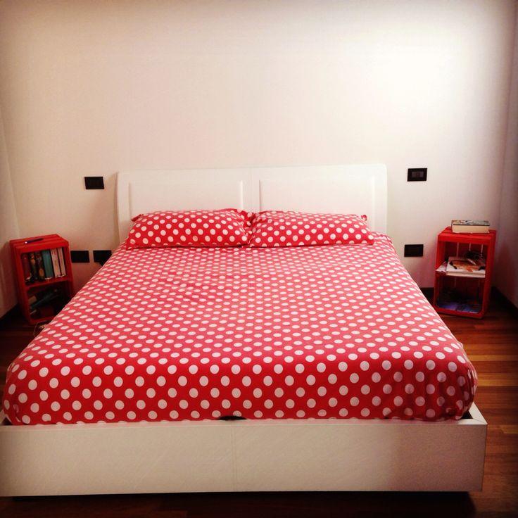 Camera da letto, comodini con cassetta della frutta