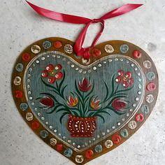 épinglé par ❃❀CM❁✿Petit cœur alsacien en bois peint