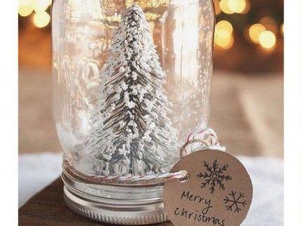 Se siete appassionati di decorazioni natalizie e del fai da te alla portata di tutti, questo è l'articolo che fa per voi! Con feltro, colla e pagine di vecchi libri potrete facilmente realizzare il vostro albero di Natale personalizzato e su misura.