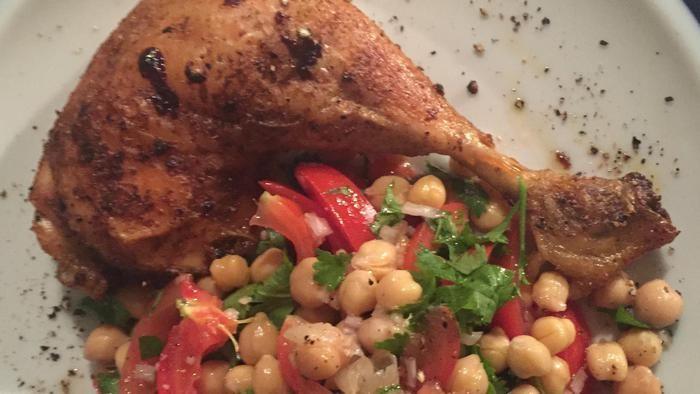 Wat zullen we eens eten vanavond? Iedere dag in de Volkskrant een verrassend recept. Vandaag pittige kip met kikkererwtensalade (hoofdgerecht voor 4 p