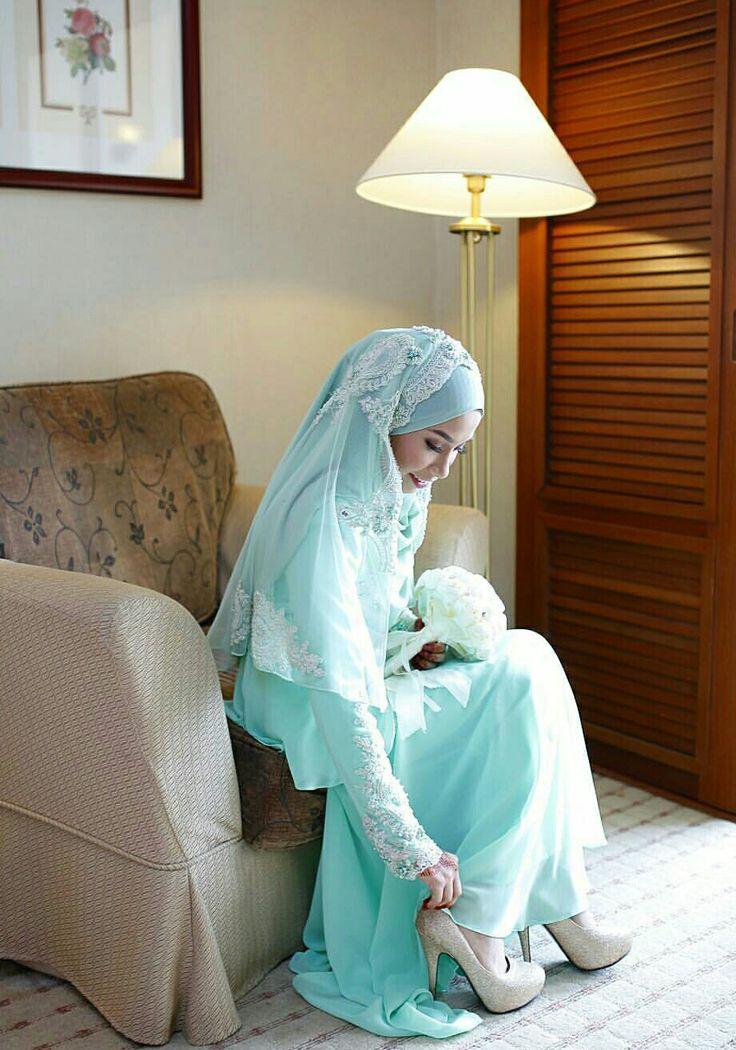 Sweet bride getting ready..photo @thesweetendings