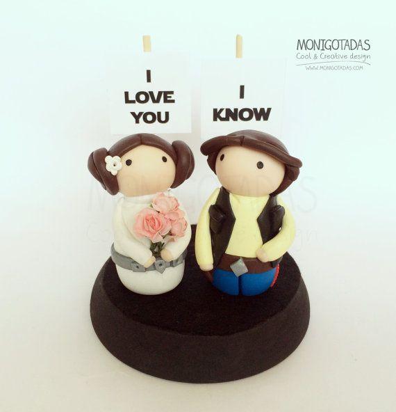 Figuras pastel de boda Star Wars con carteles I por Monigotadas