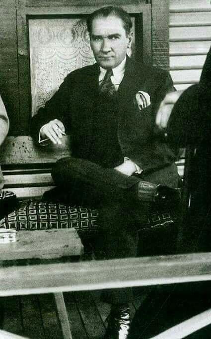 """Sanıyor ki  ATATÜRK  öldü…  :)  :)    Dün ayakta anarken """"İyi ki ölmüş de kurtulmuşuz"""" dediklerinden eminim… Yanlış işte… * Büyük insanlar ölmez… * İspatı: Hiçbir şeyi göremiyorsan, eğil de boynundaki kravata bak… Kıyafet Kanunu 1925'te çıktı, Atatürk devrim yasalarından birisidir… Kadınların kıyafeti ile ilgili hüküm konulmadı yasaya…Ama din baskısı altındaki toplumun çağdaş dünya bireyleri gibi giyinmesi sağlandı… Bak ne güzel… Kravatın var… Medeni olmaktır Atatürk…"""