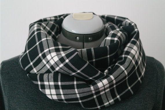 Sciarpa unisex ad anello in lana tartan nera e di PassioneDress