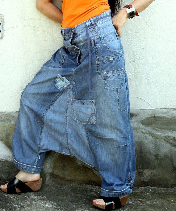 Pantalon dyoga denim jeans recyclés fou. Fabriqué à partir de pantalons jeans recyclés. Style boho hip-hop de hippie. Très utile et confortable. Lun des types.  Taille: L-XL (40-42 european)  Uper courroie (tour de taille ou des hanches uper) 38 pouces courroie inférieure (hanches moyens) (5 pouces abaisser la ceinture puis uper): 44 - 45 inches  Hanches 47 pouces  Un peu réglementée, 41-43 pouces de longueur