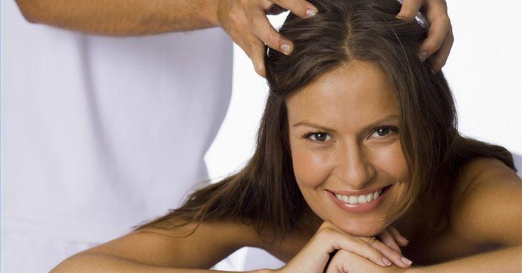 Como curar a coceira no couro cabeludo. Uma coceira seca no couro cabeludo pode ser uma fonte de grande irritação. Coçar a cabeça pode fazer você parecer pouco atraente e sentir-se extremamente desconfortável. Muitas vezes, a cura para uma coceira no couro cabeludo é objetiva e muito simples. Apenas certifique-se que você não tem outra doença mais grave que pode exigir atenção médica.