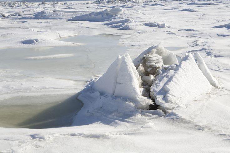 La glace du littoral soulevée par la marée montante en face du village de Saint-Jean. L'eau s'infiltre par les nombreuses fissures et forme un nouvelle couche de glace. // Saint-Jean-de-l'Île-d'Orléans, Québec