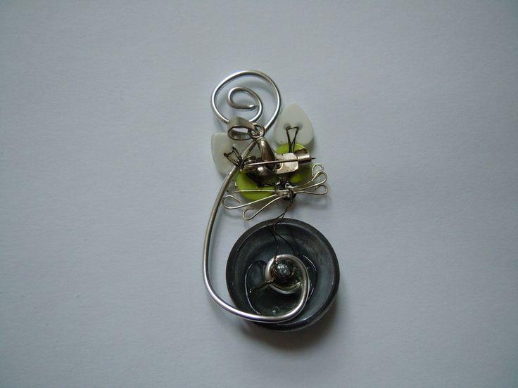 Spilla e ciondolo assieme con gattino grigio realizzato a mano con bottoni