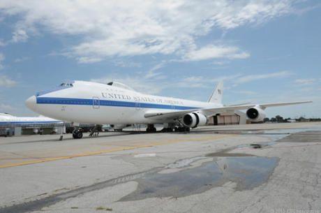 ネブラスカ州オファット空軍基地発--ありがたいことに、これまでにその事態が訪れたことはない。しかし米国は、核戦争のさなかに置かれるようなことがあれば、司令管制センターを地上から飛び立たせ、攻撃対象となる可能性のある場所から数分以内に離れる能力を必要とするだろう。   まさしくそれが、米国家空中作戦センター(NAOC)の役割である。4機の「E-4B」(危機的な事態において米軍の通信ニーズを支えるために改修された「Boeing 747-200」)は、核危機やそのレベルに匹敵する重大な事態が生じた際に、米国の軍高官が事態を掌握して指揮を執り続けることを可能にする。   これらの航空機が配備されているオファット空軍基地は、オマハのすぐ南にある。同基地は米戦略軍が置かれている場所でもあり、長い間、戦略航空軍団の本拠地であった。米CNETのDaniel Terdiman記者は、地球最後の日に使われるこの航空機の内側と外側を見る、めったにない機会に恵まれた。