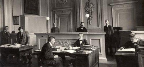 Armenhuis Amsterdam: mannen aan het werk op het kantoor van het tehuis aan de Roetersstraat 2. Nederland, 1920