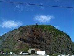 北海道斜里郡斜里町にあるオロンコ岩はアイヌ民族とはまた別の先住民族オロッコ族にちなんで名付けられたという高さ60mの巨岩です  頂上部は平坦になっていて階段で上れます オホーツク海や知床連山を望む360度の絶景を楽しめるスポットですよ  tags[北海道]